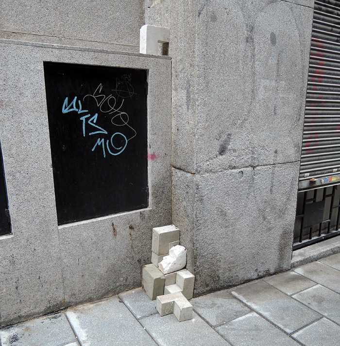 31/03/2014 11:26, Modulo L #7, alguien juntó de nuevo las 10 piezas. Tuve que irme de Madrid antes de observar el final de esos Módulos - pero no me esperaba que una de las instalaciones aguantará más de 16 días y creciera hasta llegar a 10 piezas; y mucho menos en una calle en frente del Ministerio de Asuntos Exteriores.