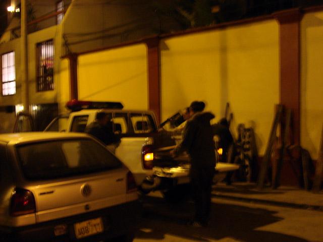 ¡¡¡La encantadora Policía Nacional con su nueva pick-up!!! Llevaron todo hasta la puerta de la galería, nos ayudaron a descargar todo, nos saludaron, dieron besos a las chicas y se fueron a seguir su patrulla nocturna.