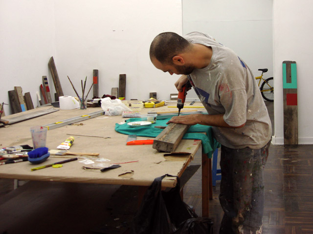 Trabajando en el sistema para colgar las piezas.