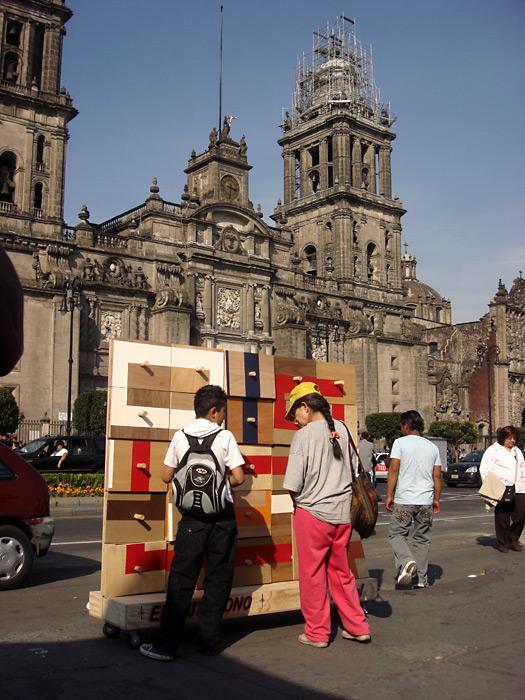 El domingo, nos fuimos al Zócalo (una de las plazas públicas más grandes del mundo).