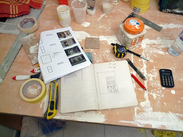 La gente del MUAU instaló un taller en su sótano para que pueda trabajar...