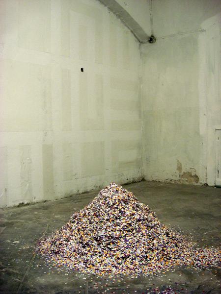 ...coloqué una montaña de confetti en el centro de la sala y esperé a ver que iba a pasar...