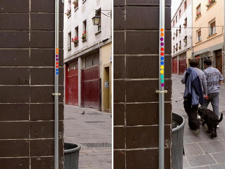 Pegatinas circulares en una esquina, cada color representa un día diferente. Tres del mismo color significan que pase tres veces por ese lugar en un mismo día.