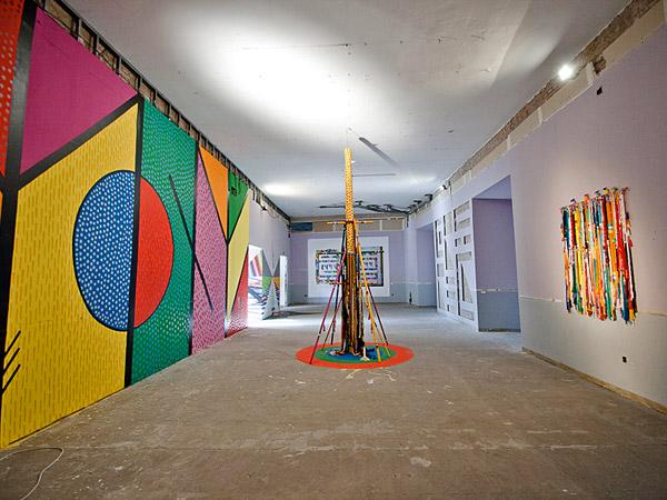 Vista de la sala con obras de Sixe y Seleka