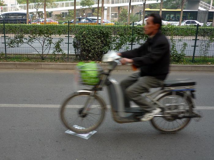A las 15h00 pegué el artefacto en el asfalto de la calle Xueyuan.
