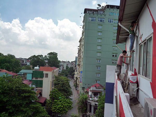 Duy and Thăng painting the fifth floor