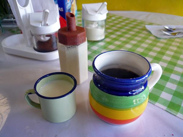 Antes de empezar, café con leche de Doña Tania.