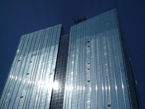 El edificio de cristal de en frente, dando retro-luz todo el día para asegurarte un bronceado integral!!!