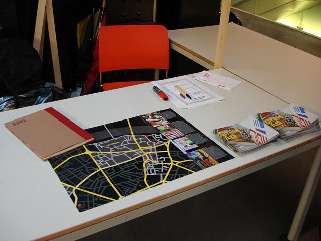 Nuestro escritorio en la Tate, donde estabamos esperando a la gente que volvía con las pancartas para que las numeramos y firmemos. Después de entregar el certificado de autenticidad, se devolvía la pancarta a la persona que la había encontrado.