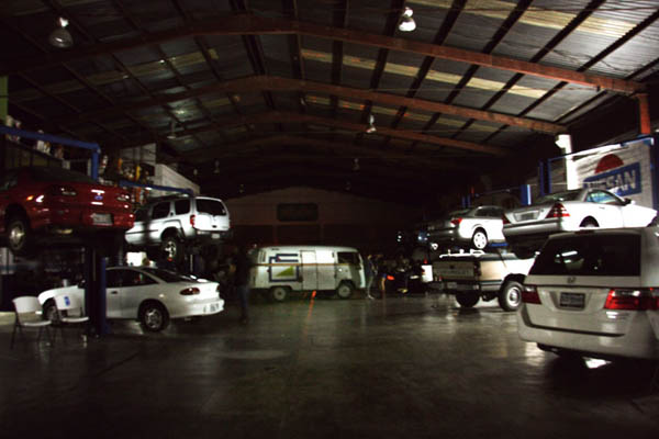 El lugar era literalmente una galería dentro de un taller mecánico. La galería se encuentra al fondo del garaje a la izquierda!
