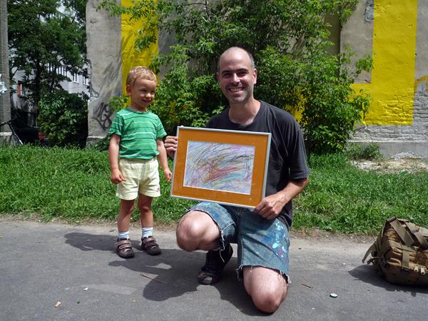 Antoni me hizo un dibujo. Dijo a Marta, su madre, que representaba la pared. Me lo dedicaron y lo enmarcaron.